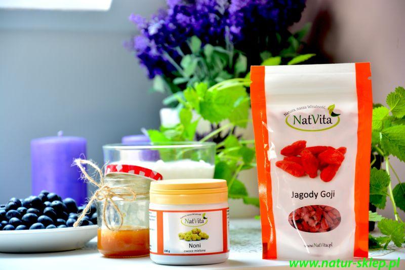 produkty potrzebne do przygotowania śniadania na bazie jogurtu i owoców