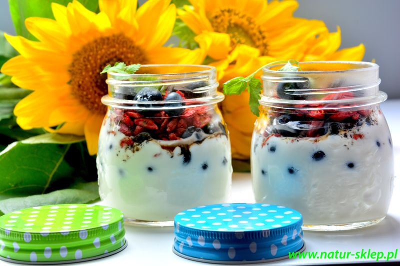 śniadanie z borówkami, jagodami, owocami noni i miodem